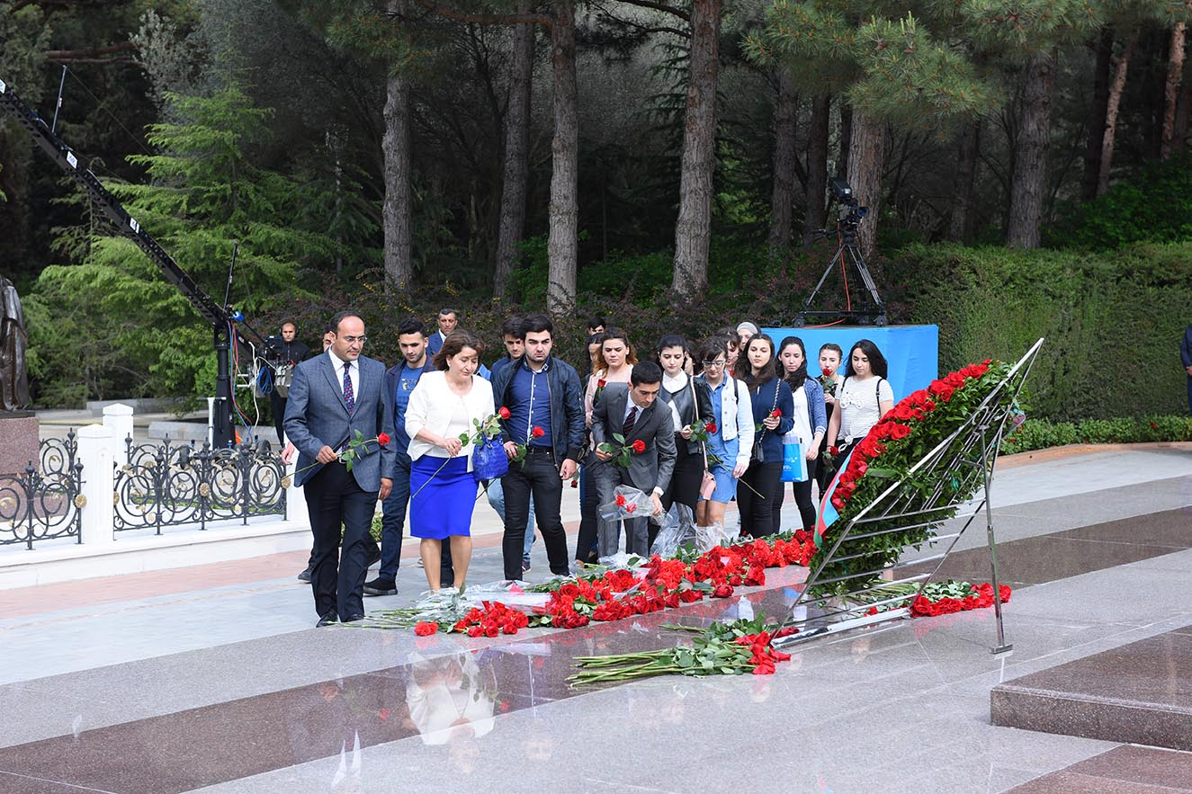 The Academic Staff and Students of Azerbaijan University of Languages Paid a Visit to the Tomb of Heydar Aliyev